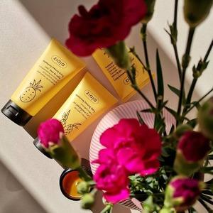 Jak to pachnie! Zapach ananasa może być naprawdę uzależniający 💛💛  Gdyby Twoja skóra mogłaby się uśmiechnąć, na pewno zrobiłaby to po podarowaniu jej i zastosowaniu kosmetyków z serii 🍍 Ananasowy Trening Skóry. W końcu już sama nazwa serii zwiastuje, że to musi być #dobre! 🤗  A Ty już miałeś_aś okazję stosować któryś z tych żółtych, ananasowych kosmetyków? Jak tak, podziel się opinią 💛  #MojaCera #ananas #Ziaja #polskiekosmetyki #drogeriaonline #pielęgnacja #AnanasowyTreningSkóry #Ziaja #drogeriainternetowa #kwiaty #najlepszekosmetyki #zapach #światło #polskieprodukty #wybierajtoconajlepsze #nawilżenie #musdociała #sorbetdociała #antycellulitowy #skóra #skincare #drogeria #sklep #nawilżenie #top #musthave
